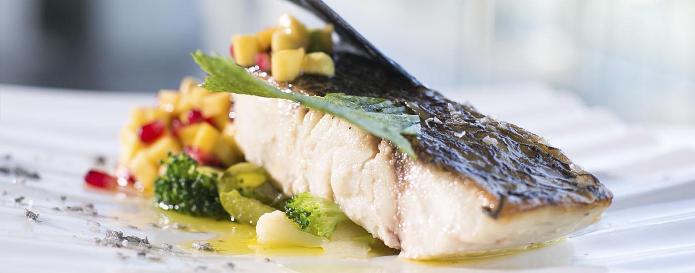 Plato de pescado de menú de Navidad en restaurante Abades Triana